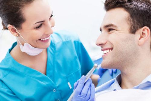 zapalenie przyzębia wymaga wizyty u stomatologa
