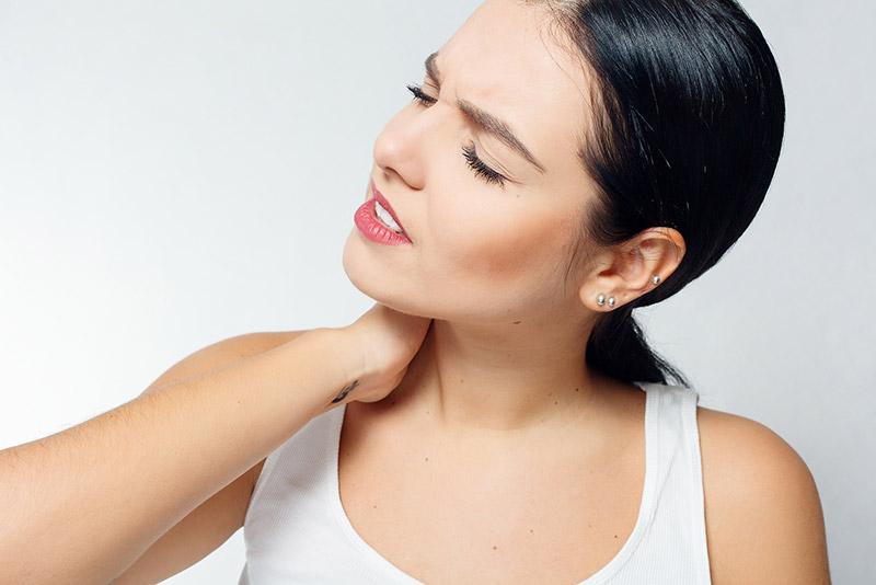 kręcz szyi powoduje silny ból i sztywność szyi