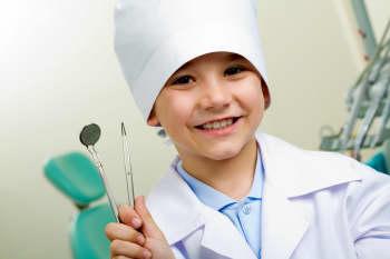 próchnica zębów mlecznych to poważna choroba która może skutkować protezą u dziecka