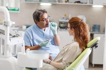Warto wiedzieć, że efekt Godona nie zawsze zanika po wstawieniu nowego zęba. Odbudowane zęby mogą ścierać się lub odłamywać.