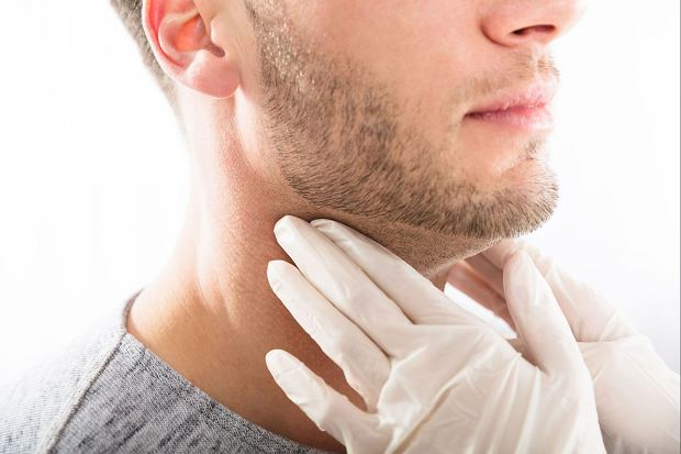Guzki leczyć można jodem promieniotwórczym lub też można zastosować zastrzyki etanolem. Guzki tarczycy mnogie zwalcza się operacyjnie szczególnie, gdy noszą one znamiona złośliwości.