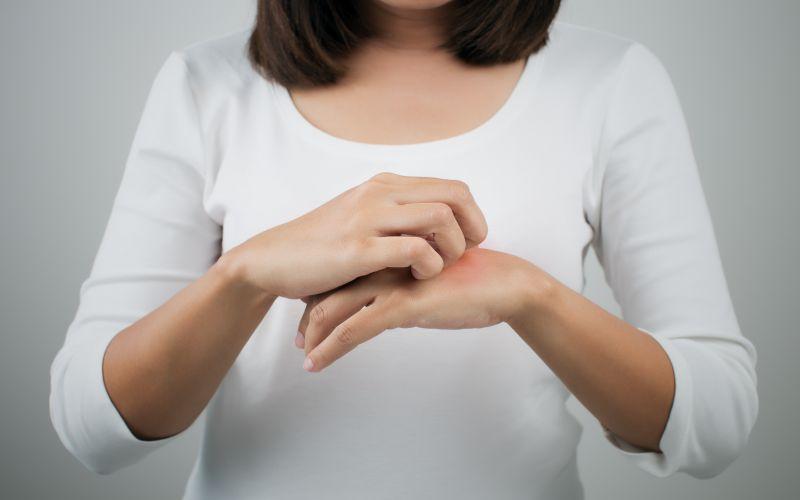 Liszaj płaski czerwony- przewlekła i postępująca choroba skóry, nie jest zmianą nowotworową