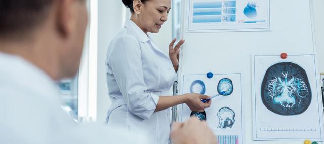 Przy rozpoznaniu glejaka mózgu lekarz kieruje na badanie rezonansu magnetycznego (MRI) mózgu. Zakres obrazowy tej metody pozwala nie tylko na wykrycie glejaka, ale także na określenie obszaru choroby.