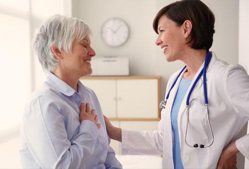 Zwykle stosuje się leczenie typowe dla ostrego zespołu wieńcowego ponieważ pojawiające się w trakcie trwania zespołu takotsubo dolegliwości wskazują na OZW
