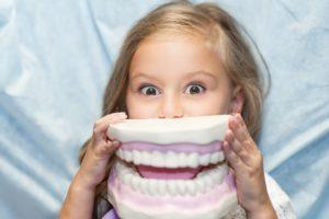 Stłoczenie zębów to najczęściej występująca wada zgryzu. Stłoczenie powstaje na skutek zmniejszania się długości łuku zębowego. Wada ta charakteryzuje się nieprawidłowościami w położeniu zębów oraz ich wyżynaniem poza łukiem zębowym.